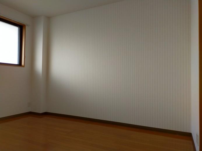 洗練されたアクセントクロス張の北側6帖洋室(寝室)