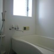 窓付きの広いお風呂です(風呂)